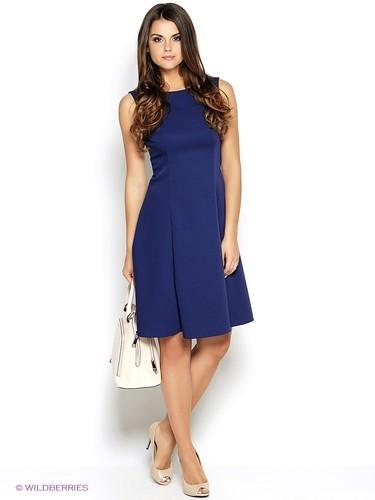 синее платье и белая сумка