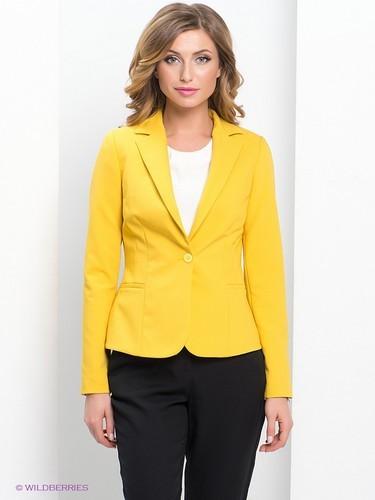 желтый жакет и синие брюки