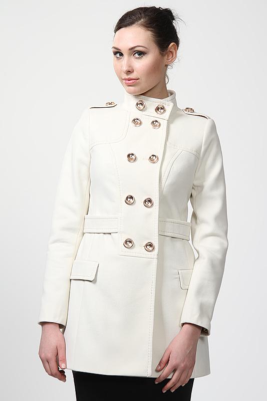 белое пальто с пуговицами
