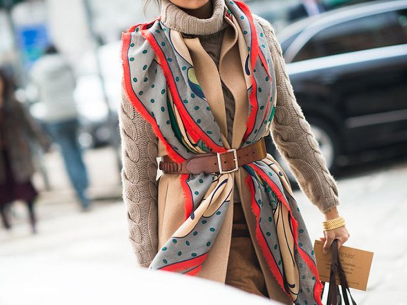 шарф поверх плеч заправленный в пояс