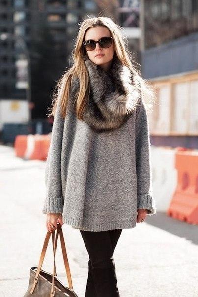 девушка в свитере и с шарфом из меха