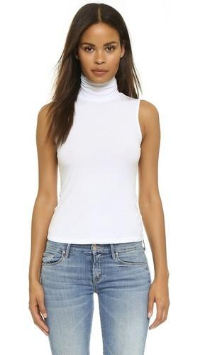 белая кофта и джинсы