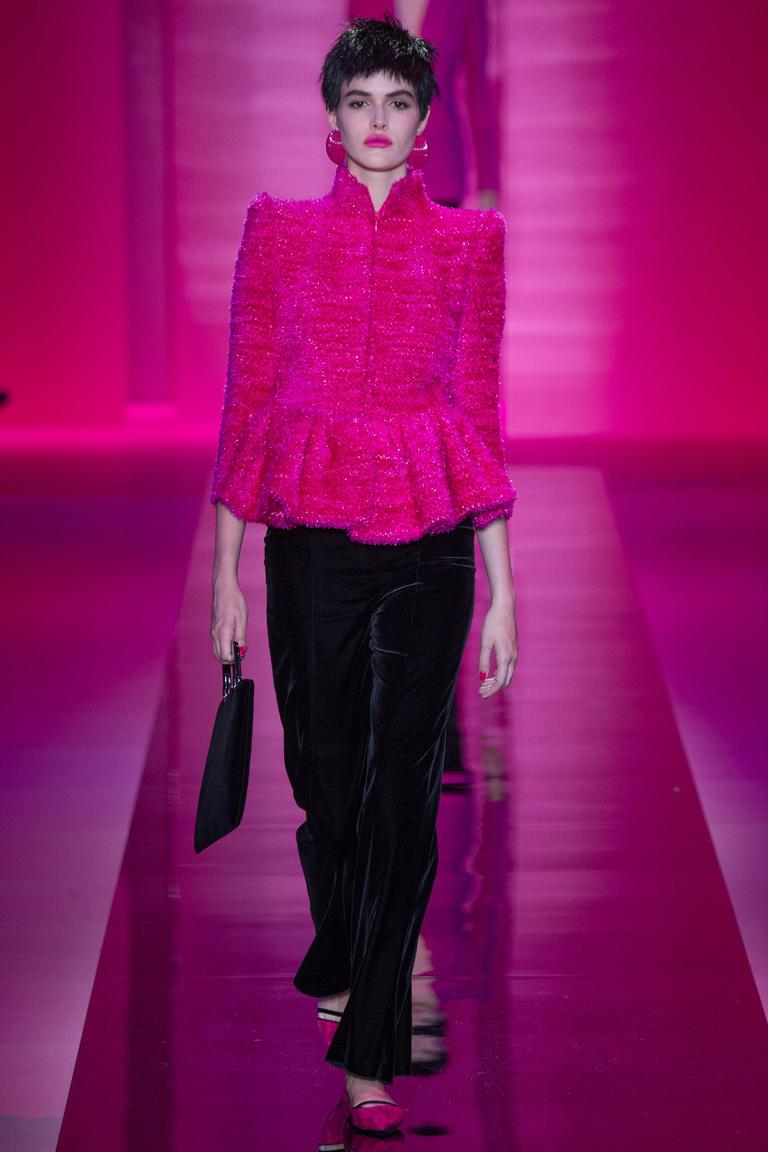 розовый пиджак и черные брюки