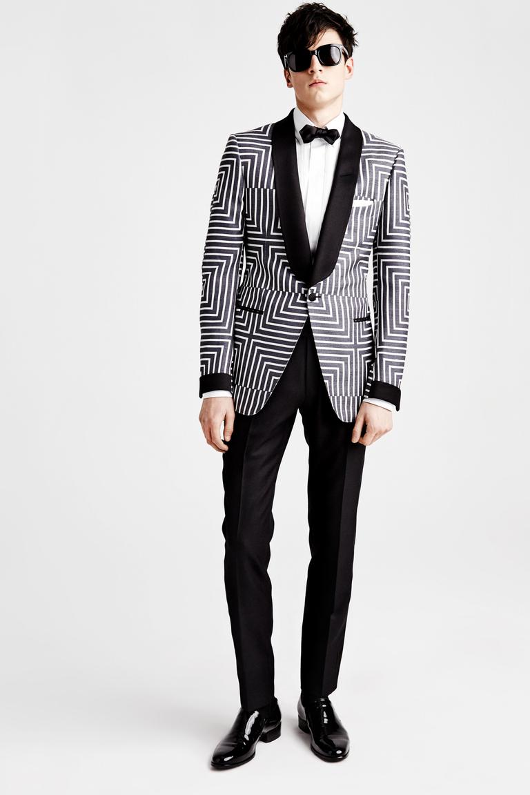 черно-белый пиджак и черные брюки