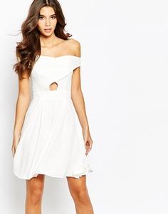 Приталенное платье со складками на юбке и открытыми плечами Love