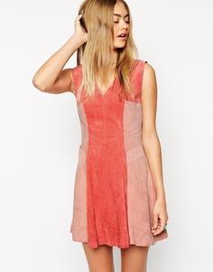Короткое приталенное платье из замши в стиле колор блок ASOS - Розовый