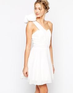 Платье для выпускного на одно плечо с цветком TFNC - Кремовый