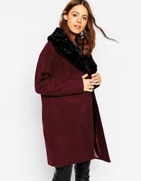 Пальто с воротником из искусственного меха ASOS - Ягодный