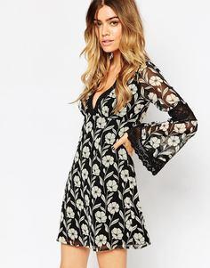 Короткое приталенное платье с кружевными вставками и расклешенными рук Asos