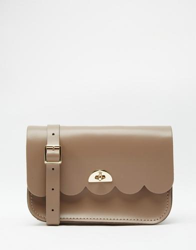 Маленькая кожаная сумка с фигурным краем The Cambridge Satchel Company