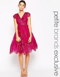 Кружевное платье для выпускного с пышной юбкой и эффектом металлик Chi Chi London Petite - Фуксиево-красный