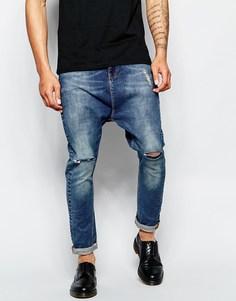 Голубые рваные джинсы с заниженным шаговым швом ASOS - Синий выбеленный