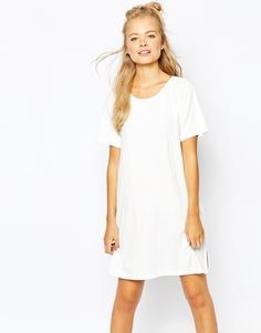 Платье-футболка в рубчик с разрезом сбоку Monki - Белый