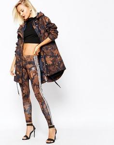 Леггинсы с камуфляжным лиственным принтом и 3 полосками adidas - Multicolor