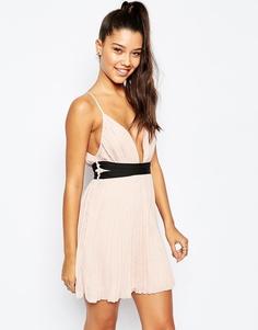 Короткое приталенное платье с плиссировкой и глубоким вырезом Missguided - Телесный