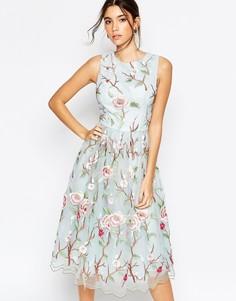Платье миди с высоким воротом и цветочной отделкой Chi Chi London - Голубой фон