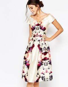 Атласное платье миди для выпускного с глубоким вырезом Chi Chi London - Многоцветный принт