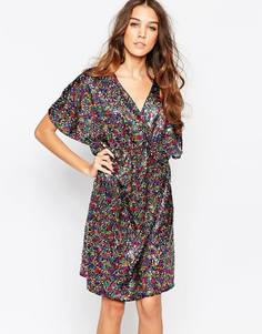 Платье с рукавами-кимоно и отделкой пайетками First & I - Многоцветные пайетки