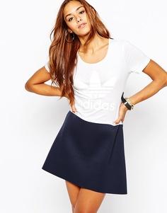 Короткое приталенное платье с юбкой из неопрена adidas Helsinki
