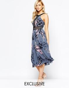 Платье миди с высоким воротом и кружевными вставками Little Mistress - Серый цветочный
