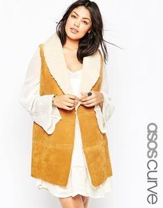 Замшевая куртка без рукавов с овечьей шерстью и поясом ASOS CURVE - Рыжий