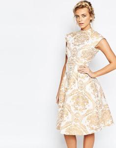 Короткое приталенное платье с принтом барокко и высокой горловиной Chi Chi London