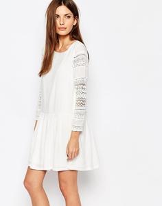 Короткое платье с кружевными рукавами и заниженной талией Vero Moda - Кремовый