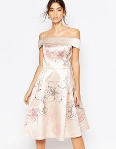 Платье миди с открытыми плечами и сплошным принтом Chi Chi London - Многоцветный телесный с цветочным принтом
