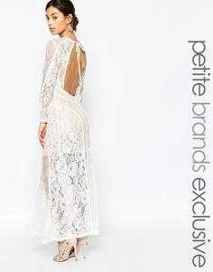Кружевное платье макси с открытой спиной True Decadence Petite Premium - Белый