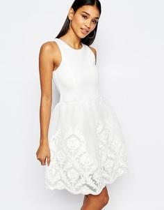 Короткое приталенное платье для выпускного с кружевной вышитой юбкой Lipsy - Кремовый