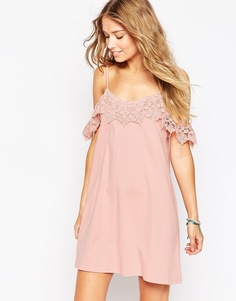 Платье с открытыми плечами и кружевной отделкой ASOS - Розовый