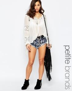 Джинсовые шорты с цветочной вышивкой Glamorous Petite - Умеренный выбеленный