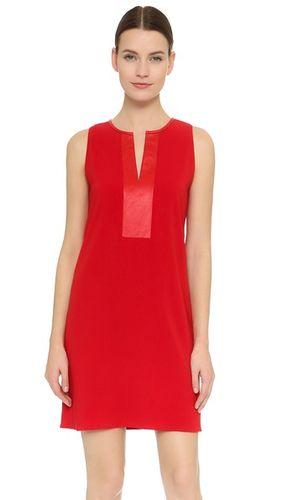 Платье с небольшим разрезом на горловине