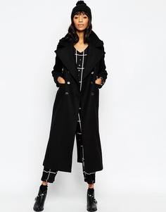 Длинное пальто в стиле милитари с контрастными пуговицами ASOS - Wine