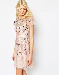 Многоярусное платье с декоративной отделкой Needle & Thread - Пастельно-розовый