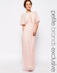 Кружевное платье макси с вырезом капелькой спереди John Zack Petite - Blush