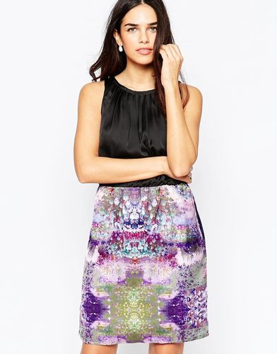 Платье с высоким воротом и контрастной юбкой с абстрактным принтом Lavand - P