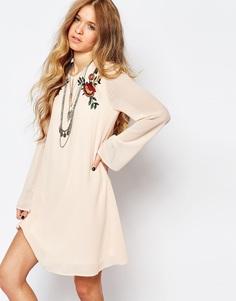 Свободное платье с рукавами колокол и вышивкой Glamorous - Розоватый с вышивкой