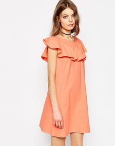 Цельнокройное платье с оборками на вороте ASOS - Розовый