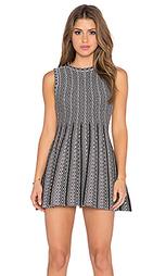 Облегающее сверху и расклёшенное снизу платье без рукавов - J.O.A.