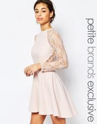 Короткое приталенное платье с кружевными рукавами 3/4 John Zack Petite