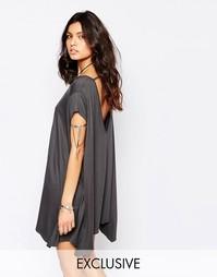 Свободное платье-футболка с открытой спинкой Rokoko