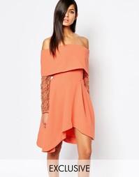 Короткое приталенное платье с открытыми плечами и кружевными рукавами 8th Sign