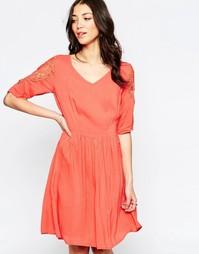 Короткое приталенное платье с кружевными рукавами и спинкой Lavand
