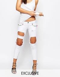 Рваные джинсы скинни с цветными помпонами Liquor & Poker Skinny