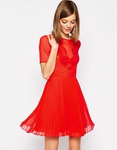 Короткое приталенное платье с кружевом и складками ASOS - Красный