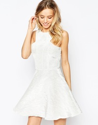 Короткое приталенное платье с переливающимся эффектом AX Paris Kick Ou
