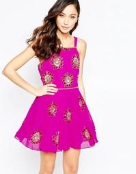Короткое приталенное платье с отделкой Virgo's Lounge Suzi - Розовый