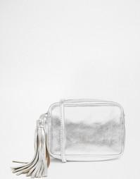 Кожаная сумка металлик через плечо с кисточкой ASOS - Серебряный