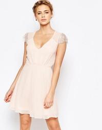 Короткое приталенное кружевное платье Elise Ryan - Nude pink